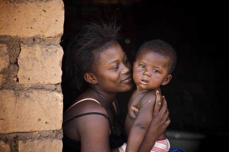 ©UNICEF/CARA2009-00025/Ronald de Hommel - Mother and child in front of a house in Kaga-Bandoro, north-western of Central African Republic. The under-five mortality rate amongst children under five is 172, one of the highest in the world.