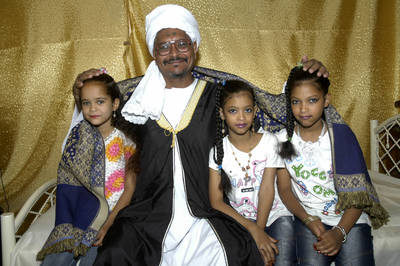 © UNICEF/2005/Nur El Din - Sudan: Sheikh al Saraj, with his daughters (aged 9, 7 & 6)